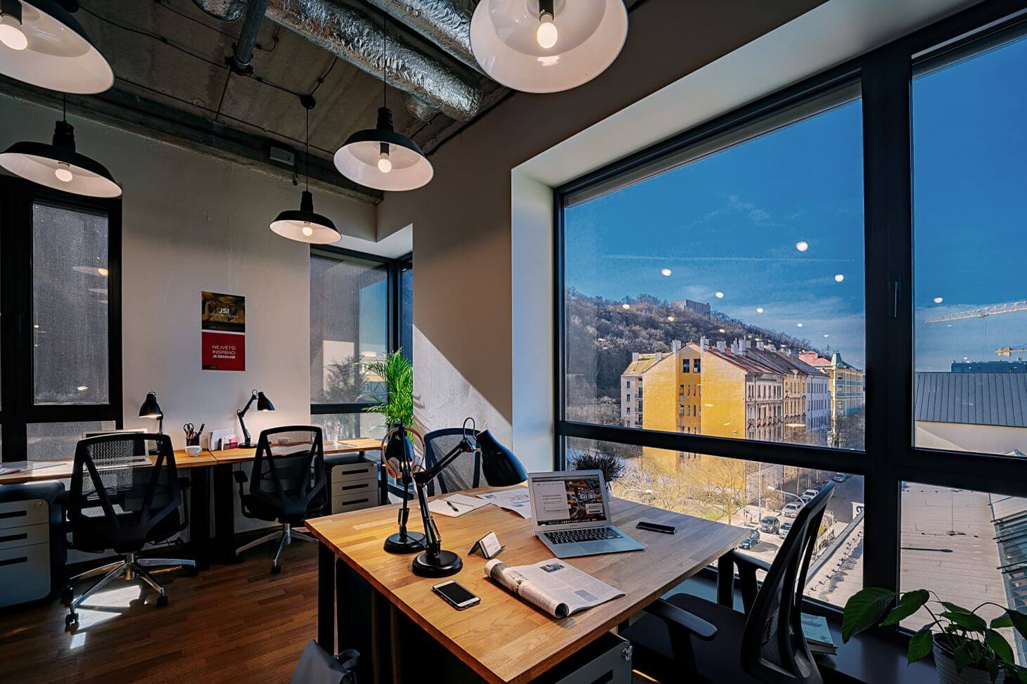 Soukromá kancelář pro 8 osob s výhledem na Vítkov v coworkingu WorkLounge Karlín